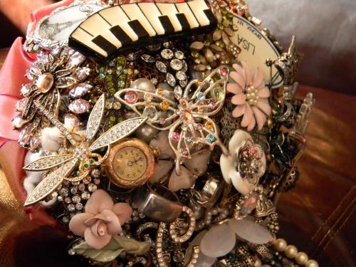 Свадебные букеты из винтажных украшений. F06871